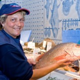 Frau mit Fisch
